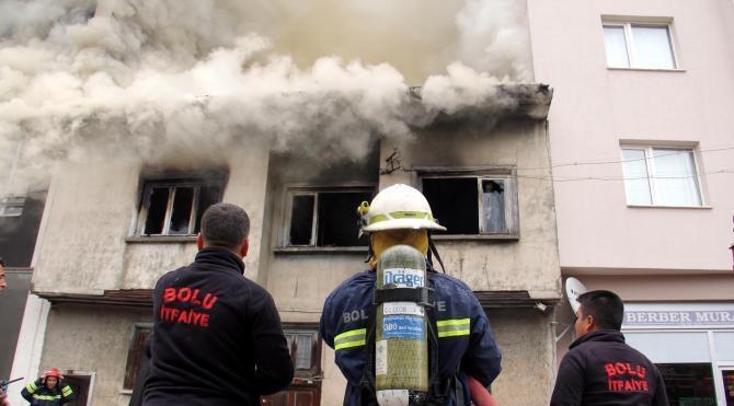 Evde çıkan yangında anne ve kızı dumandan etkilendi