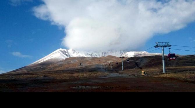Erciyes'e mevsimin 4'üncü karı yağdı