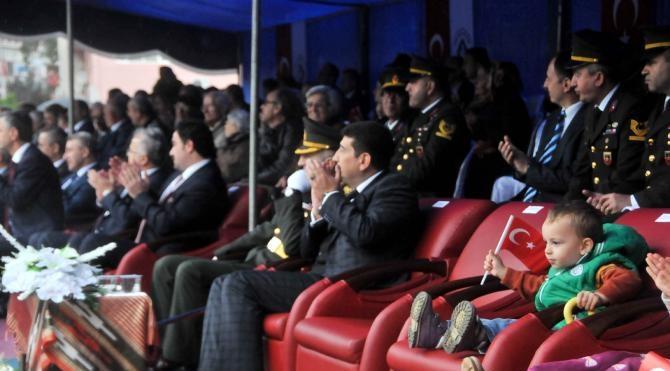 Rize'de Cumhuriyet'in 93'üncü yıldönümü törenlerinde protokolün minik konukları