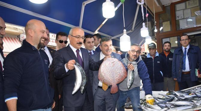 Kalkınma Bakanı Lütfi Elvan, Sinop'ta esnafı ziyaret edip sohbet etti