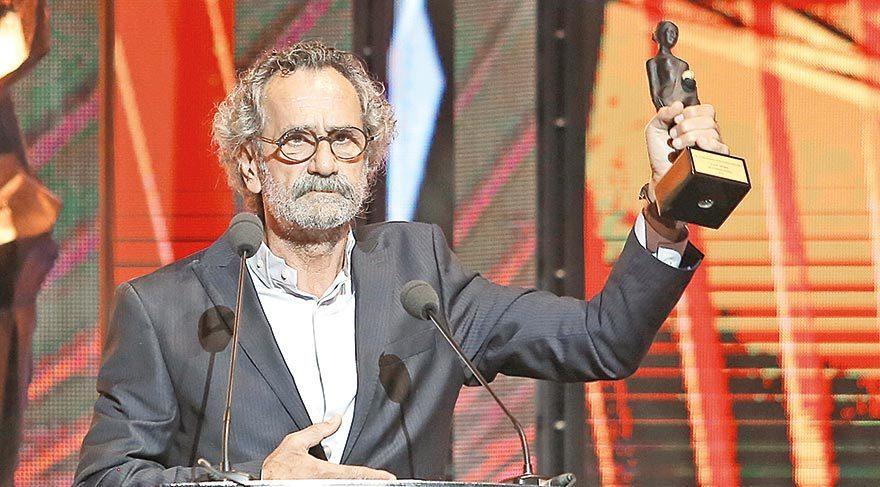 """'Babamın Kanatları' filmindeki performansıyla En İyi Erkek Oyuncu Ödülü'nü kazanan Menderes Samancılar, """"Bizdeki acılar bize yetiyor ama bu ödülü çocukları kıyıya vurmuş Suriyeli dostlarımız için kaldırıyorum"""" diye konuştu."""