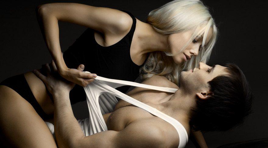 Kova: Sizler alelade tanımadığınız, sosyal ya da duygusal paylaşımınız olmadığı kimselerle cinsellik paylaşmanız biraz zordur. Yatacağınız bir kişi ile kısa süreli de olsa bir paylaşımınız ya da anılarınız olmalı. Gerçi seks ve duygusal konular pek size göre değildir. Seks hayatınızın olmazsa olmazları arasında yer almaz. Fakat erotik konulara ilginiz çok daha fazladır.