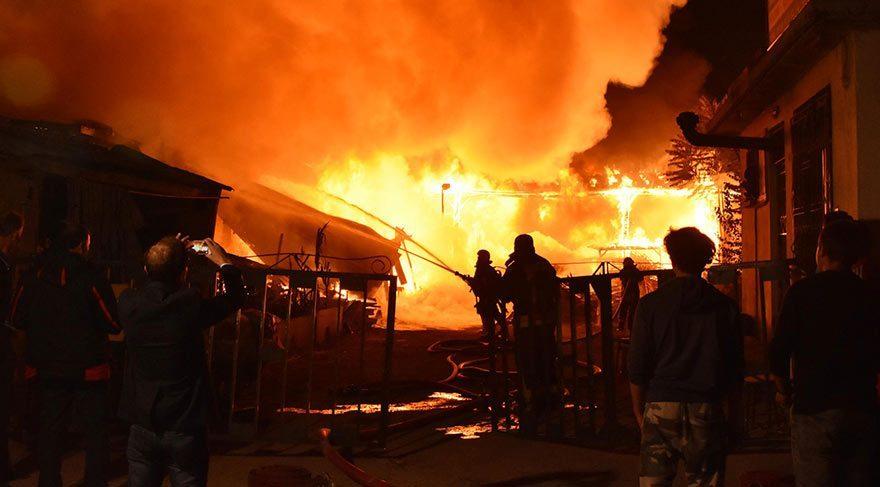 İşyerinde çıkan yangın, diğer işyerlerine de sıçradı! Zarar büyük