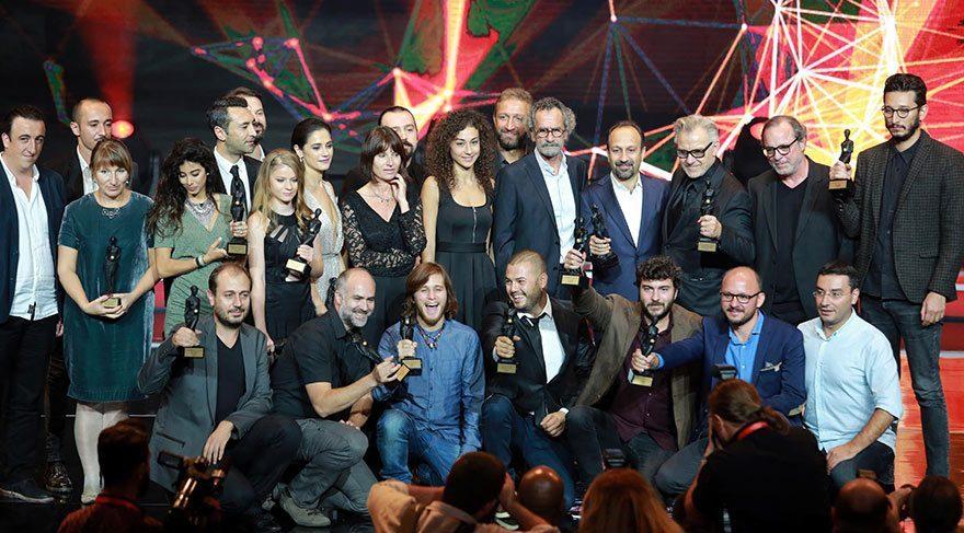Antalya Film Festivali'nde 'Mavi Bisiklet' filmi, 'En İyi Film', 'En İyi Yönetmen' ve 'En İyi Senaryo' dalında 3 Altın Portakal kazandı. Filmin yönetmeni Ümit Köreken, ödülünü çocuklara adadı.