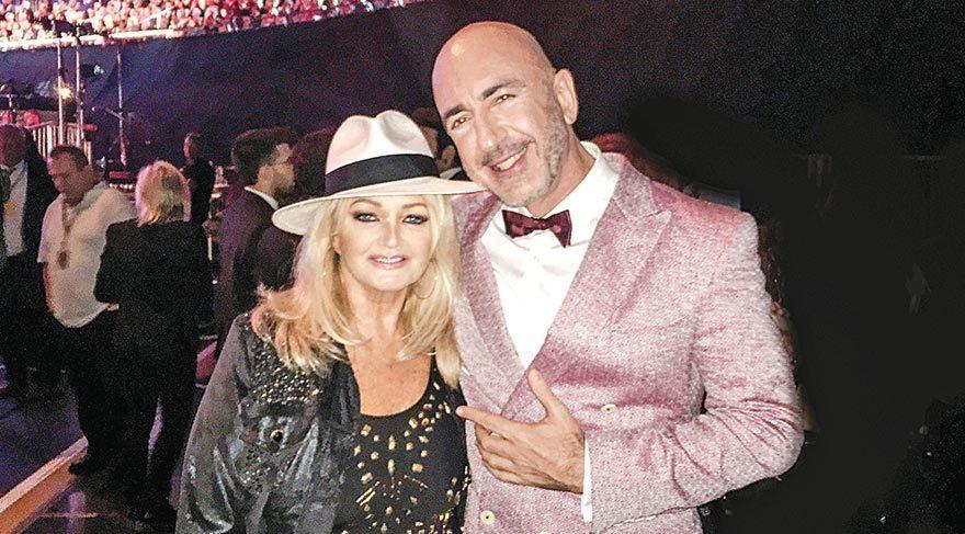 Bonnie Tyler, Serhat'ın meşhur şapkasını takarak objektiflere poz verdi.