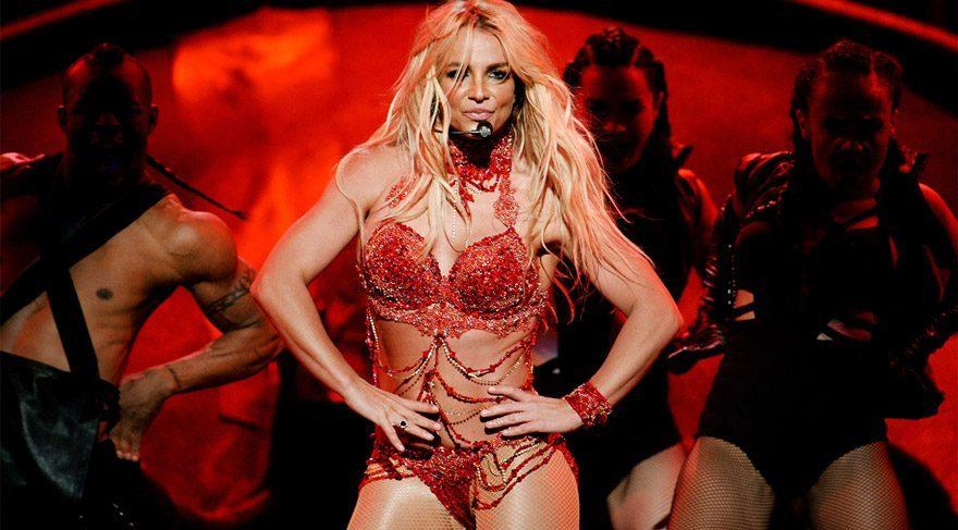 Britney Spears konserde kıyafetinin azizliğine uğradı