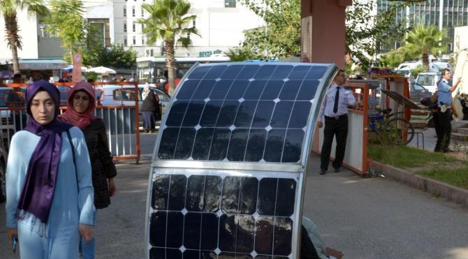 Güneş enerjisi ile çalışan engelli aracı