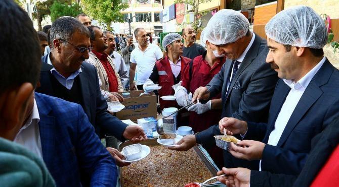Van Büyükşehir Belediyesi vatandaşlara aşure dağıttı