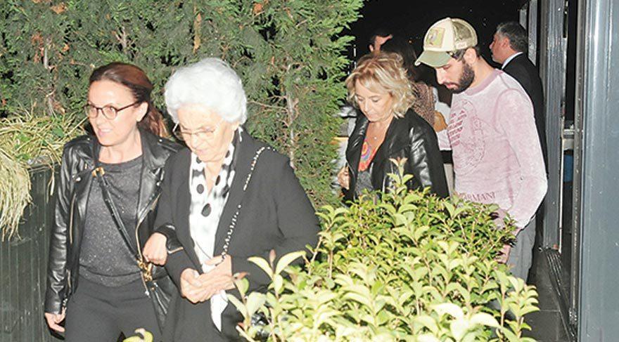 Beren Saat'in annesi Ayla Hanım ve anneannesi 4 saat süren yemek sonrası mekandan birlikte ayrıldı.