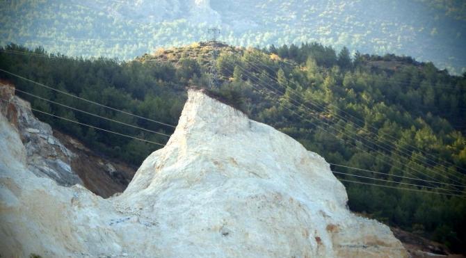 Elektrik direği, taş ocağının ortasında dikili kaldı