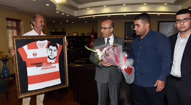 Adanaspor taraftarından Vali'ye Şehit Ömer Halisdemir forması