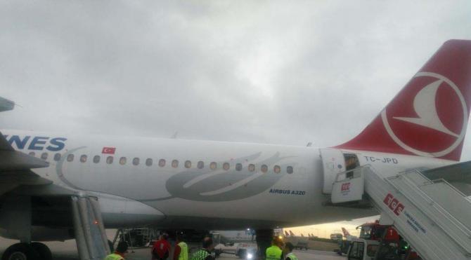 Şişme kaydırağı patlayınca uçak seferden çekildi