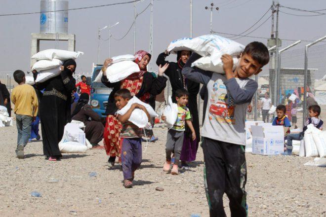 FOTO: REUTERS/ Musul ve Havice'den kaçan siviller, Kerkük'e bağlı Dakuk'taki kampta yardım alıyor.