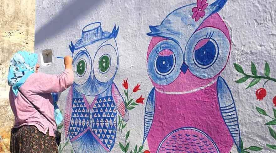 Nuran Erden köy duvarlarını sanatsal çizimlerle süslüyor