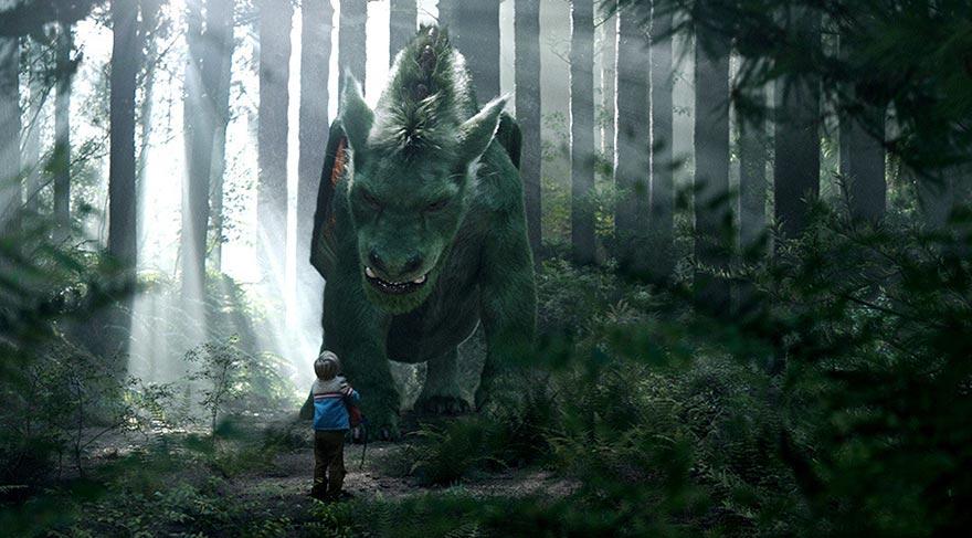Evi ve ailesi olmayan, başka çocuklara hiç benzemeyen Pete, ormanda Elliott adlı bir dostuyla yaşadığını söyler.