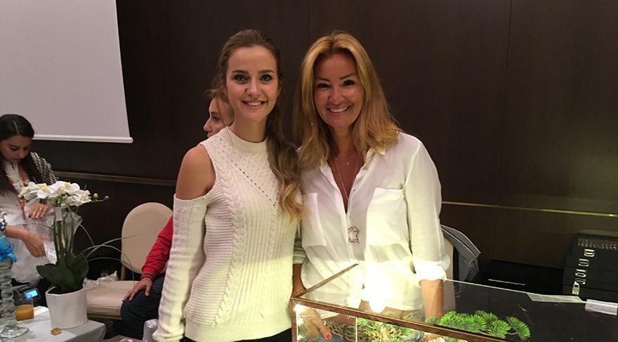 İrem Helvacıoğlu, Pınar Altuğ'un standına uğradı