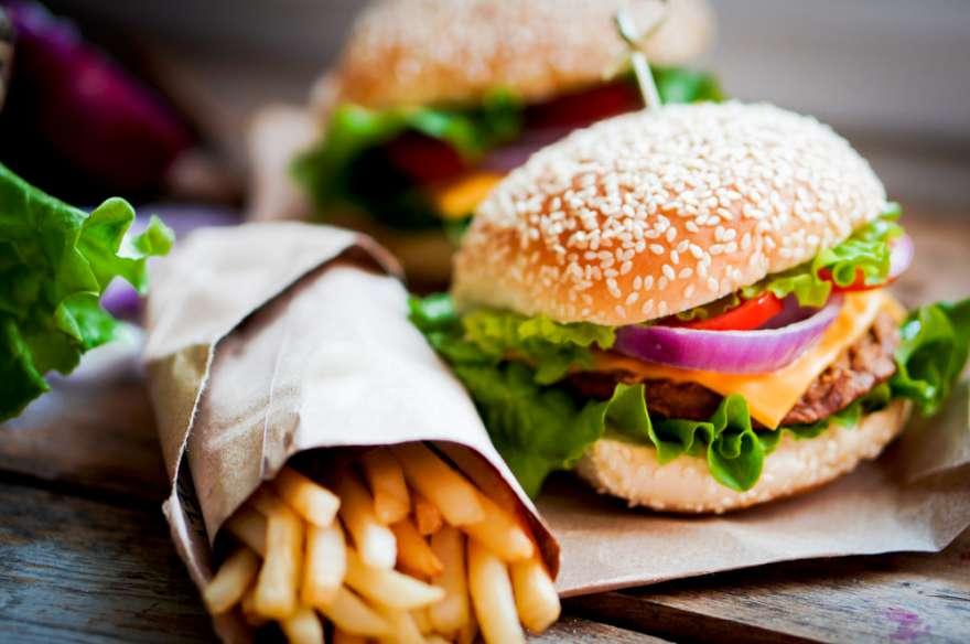 """Bavbek, """"Aspartam, trans yağlar, şekerler ve fast-food tarzı işlenmiş gıdaların tüketilmesine son verilmesi, sigaranın bırakılması, düzenli egzersiz yapmak ve kan şekeri değerlerinin sağlıklı seviyelerde tutulması ve göz sağlığının korunması konusunda bir insanın atabileceği en akıllıca adımlardır"""" diyor. FOTO:SHUTTERSTOCK"""