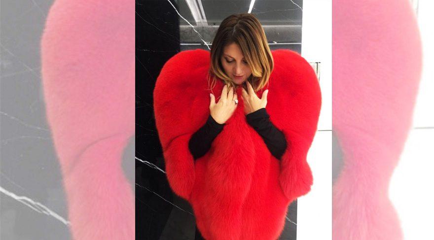 Sibel Can da kalp manto modasına uydu