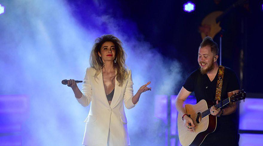 Sıla, İzmir konserinde hem göze hem kulağa hitap etti