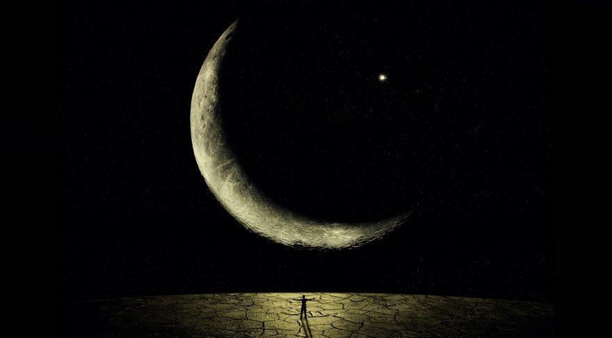 Özellikle Yeni Ay zamanı Mars ve Uranüs etkileşim içinde olması krizleri çözerken sıra dışı, farklı yollar ve metotlar kullanacağımıza, köklenmiş davranış kalıplarını değiştirebileceğimize işaret etmekte. Fakat unutmamak gerekir ki Mars/Uranüs etkileşimi öfke kontrol sorununa, ani öfkelenmeye, köprüleri yıkmaya, isyankar davranışlara işaret eder. Baskı altında çok da kolay kalamayacağımızı, baskı yaratan durumlarla karşılaştığımız anda isyan bayrağını çekebileceğimizi göstermekte.