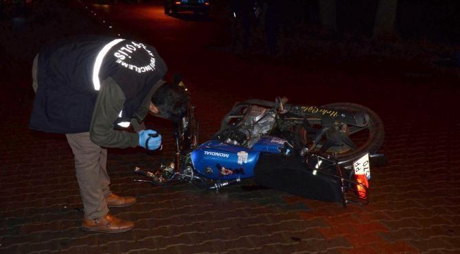 Kamyonete çarpan motosikletli 2 genç öldü