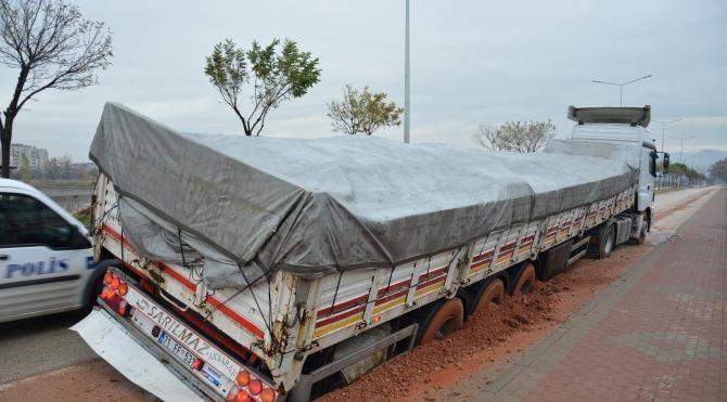 Bursa'da TIR'lar çöken yola böyle saplandı