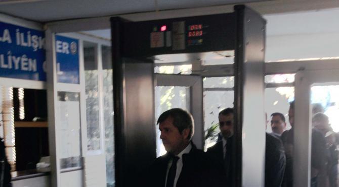 Bitlis Valisi Çınar, belediyede başkanlık koltuğuna otordu