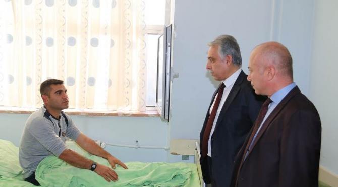 Hakkari Valisi Toprak , yaralı askerleri ziyaret etti
