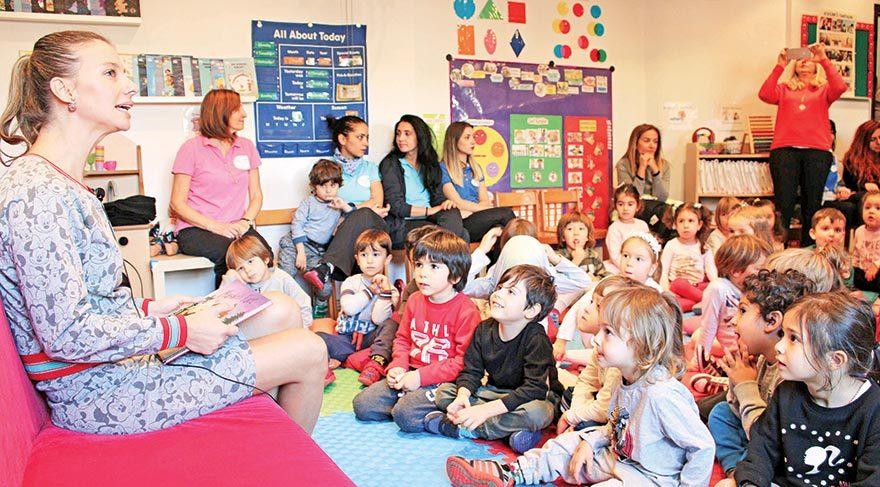 Çocuklara kitap okudu