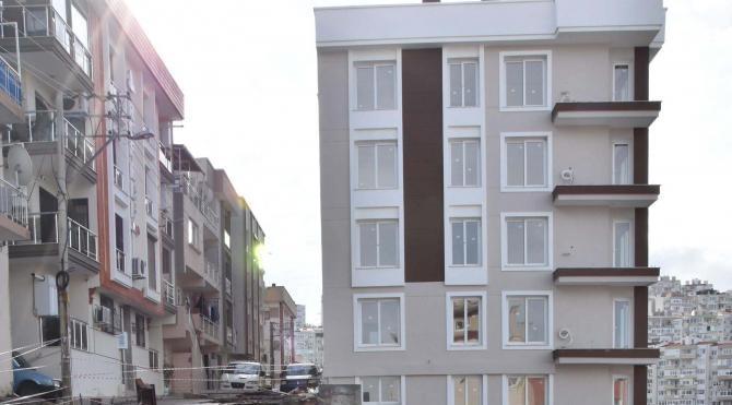 Karabağlar'da yol çökünce yıkılma tehlikesi bulunan 3 bina boşaltıldı