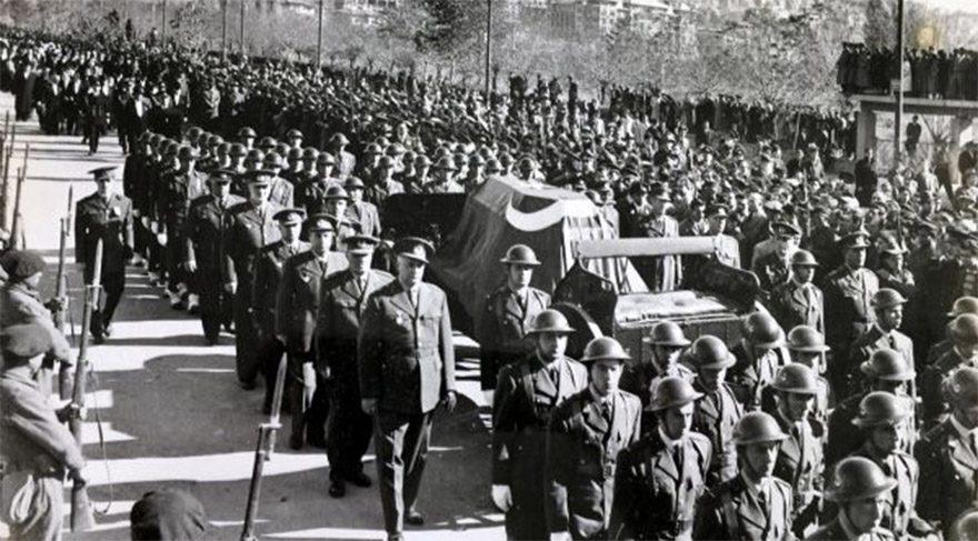 Yıllar önce Marmaris Belediyesi'ne ismi açıklanmayan eski bir gazeteci tarafından hediye edilen ve o zamandan bu yana da arşivlerde tutulan Ulu Önder Mustafa Kemal Atatürk'ün naaşının Etnoğrafya Müzesi'nden Anıtkabir'e nakliyle ilgili fotoğraflar basın ile paylaşıldı.