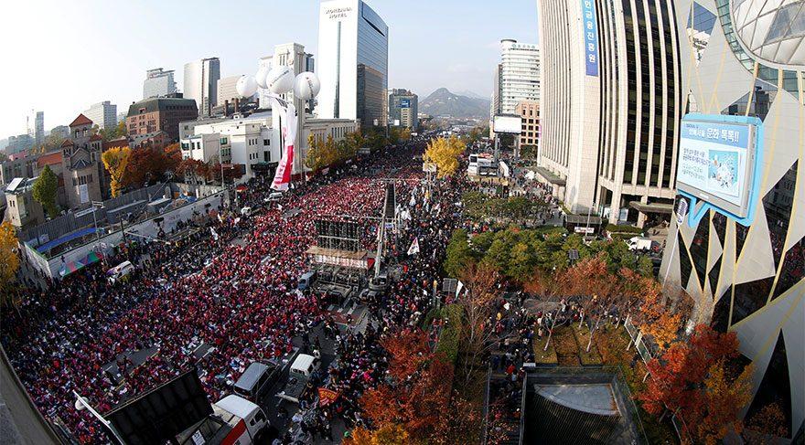 Bir ülkede yüz binler sokaklarda!