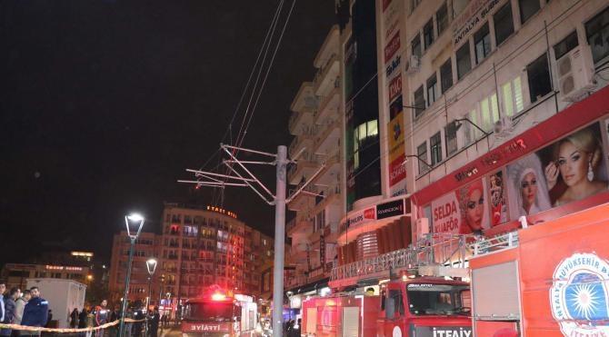 Mağazada çıkan yangında 3 kişi dumandan etkilendi