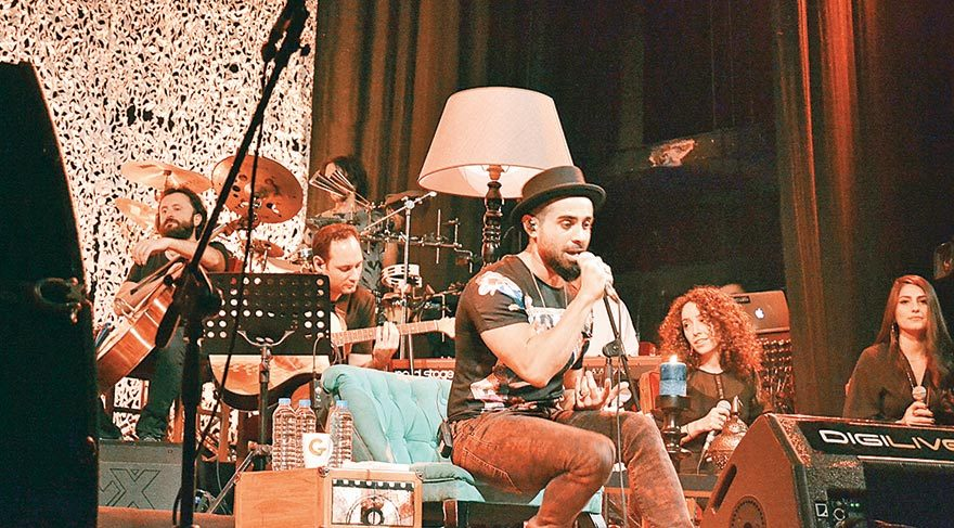Gökhan Türkmen'den akustik konser