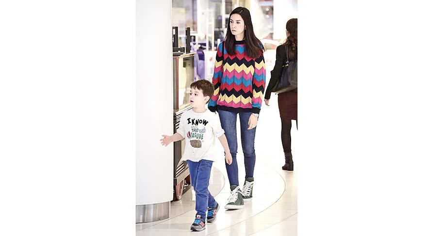 Anne-oğul alışveriş keyfi