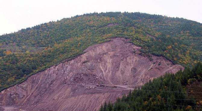Toprak kayması oldu, taş ocağı mühürlendi