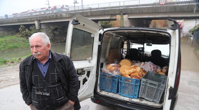 Ekmek dolu ticari araç suların içerisine gömüldü