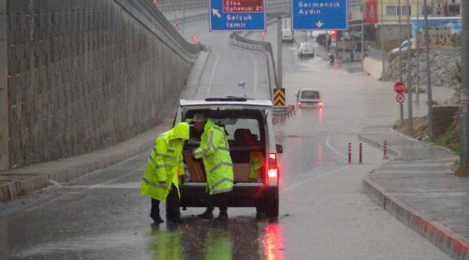 Kuşadası'nda yağmur hayatı olumsuz etkiledi