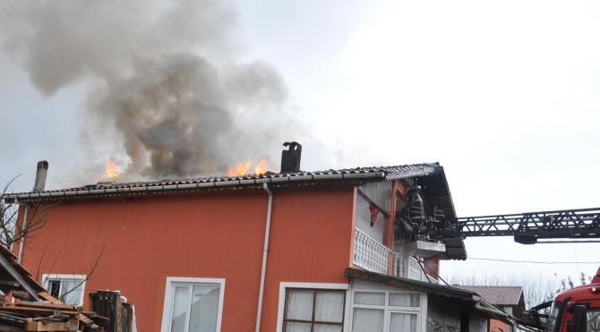 Elektrik kontağı evin çatısını yaktı