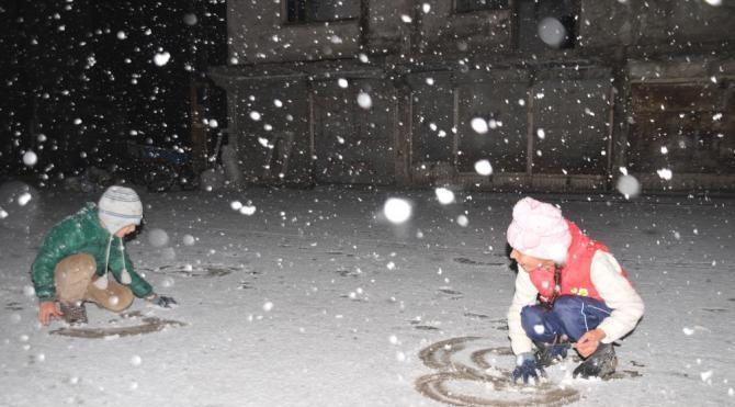 Yüksekova'da mevsimin ilk karı yağdı