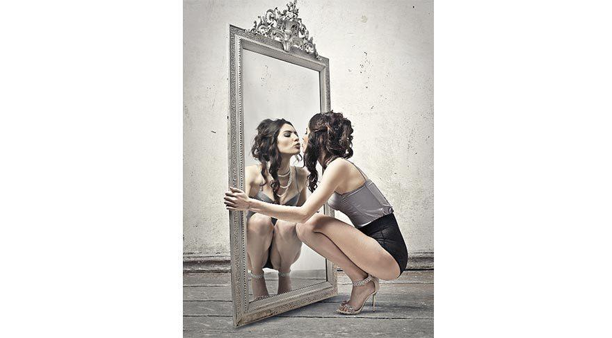 """Ayna ayna söyle bana """"Kim en güzel bu dünyada?"""""""