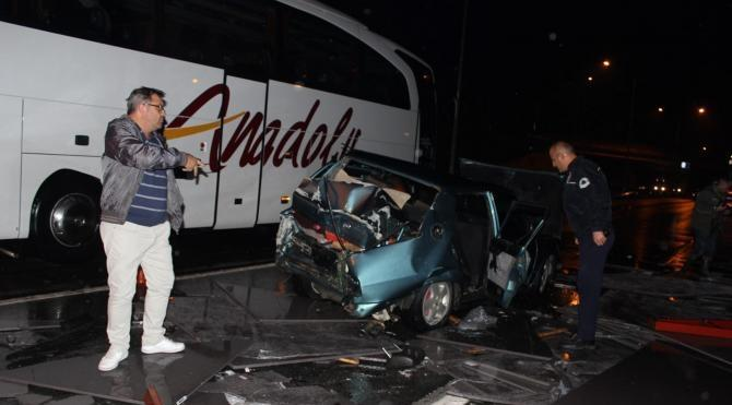 TIR park halindeki otomobile çarptı: 3 yaralı