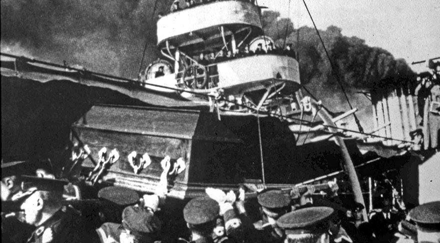 Atatürk'ün naaşı Yavuz zırhlısıyla İzmit'e götürüldü.