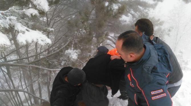 Karda mahsur kalanları AFAD kurtardı