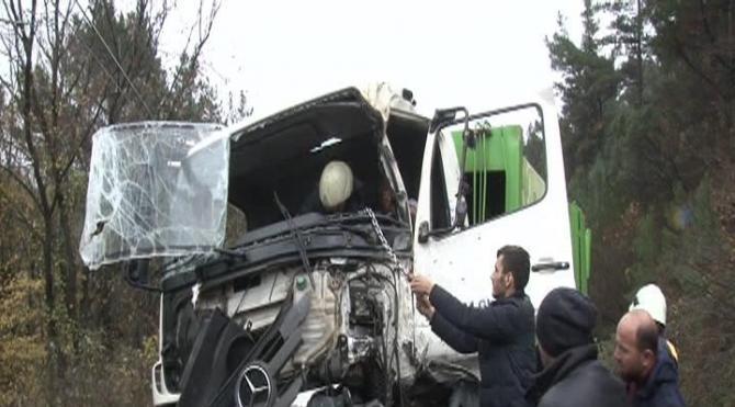 Hafriyat kamyonu ile çöp kamyonu çarpıştı : 3 yaralı