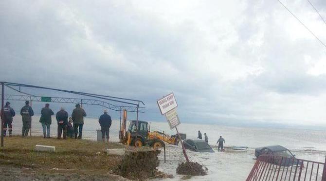 Menderes'te 2 otomobil oluşan akıntıyla denize sürüklendi