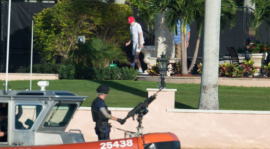 Arkadaşlarıyla oyun oynayan küçük Trump'ı ağır silahlı korumalar takip etti