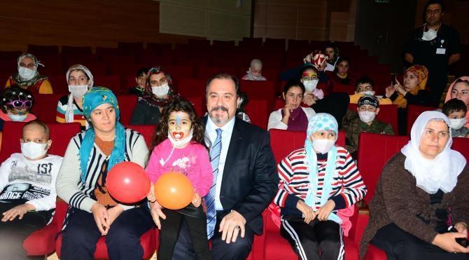 Hastanede tedavi gören çocuklara tiyatro morali