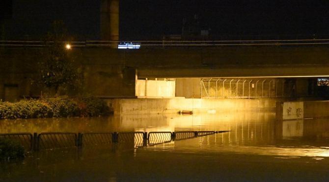 İzmir'de sağanak yağış nedeniyle alt geçitleri su bastı