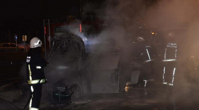 Kayganlaşan yolda 7 araç birbirine girdi, 1 otomobil yandı
